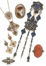 Eléments de croix normande montés en collier et en pendants d'oreilles, en or jaune, sertis de pierres de synthèse blanches.  (accidents et manques).  Poids brut: 31g.  Voir la reproduction page ci-contre.