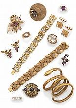 Broche figurant un chapeau de paille, en fil d'or torsadé orné d'un motif naeud de ruban partiellement serti de saphirs et rubis cabochons et de trois petits diamants aucentre.  Poids brut: 19g.