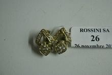 Paire de clips d'oreillles en or jaune ajouré, sertis de brillants (manque un), les systèmes en or gris.  Poids brut: 10g.