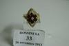 Bague losangique en or jaune, sertie de diamants et d'une rosace de six rubis poires facettés.  Poids brut: 5,8g.