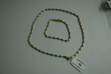 Collier et bracelet articulés en or jaune, les maillons de forme cylindrique alternés de petites perles.  Longueur du bracelet: 19cm.  Longueur du collier: 42cm.  Poids brut: 37g.