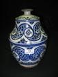 Pot couvert, jobbana, Maroc, Fès, vers 1920. Faïence, à décor peint en bleu sur fond blanc d'une frise de larges boteh à fond de petits points, disposés en composition symétrique autour d'un fleuron bifide et alternés de petites croix. Marque sous le