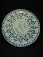 Savone (probablement) Plat rond à décor en camaïeu bleu de guirlandes de perles et branches fleuries. Fin du XVIIIe siècle. Diam. : 44 cm.