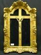 Christ en croix, en ivoire sculpté dans un cadre en bois et stuc doré. XVIIIe siècle. (accidents). Cadre : 60 x 37 - Christ : 21,5 cm.
