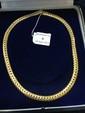 Collier en or jaune, les maillons à décor de chevrons. Longueur : 42 cm. Poids : 58 g.