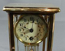Tischuhr?Um 1900?Vierseitig mit abgefasten Scheiben verglastes Messinggehäu