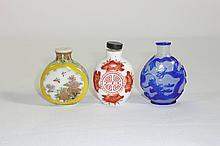 Drei Snuffbottles?China, 20. Jh.?Plattflaschen aus Milchglas bzw. Porzellan