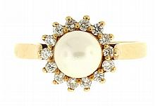 Ring, 14 karat yellow gold with central 6mm pearl surrounded by 14 diamonds, size 6, 2.6g TW