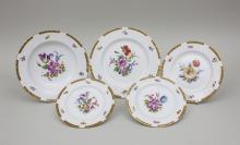 Konvolut 5 Teller mit Blumenbouquets/Set of 5 Plates, KPM, Berlin + Hutschenreuther, Hohenberg bzw. Dresden, um 1914-18