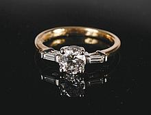 18 ct. white gold and diamond solitaire of 1.02 ct, with a baguette on either side