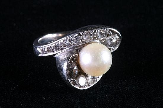 14K WHITE GOLD, DIAMOND AND PEARL RING.