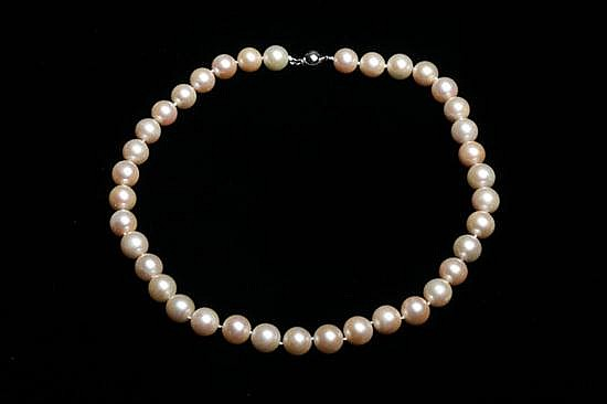 MATCHED CULTURED PEARL CHOKER. - L 17 1/2 in.