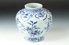 CHINESE BLUE AND WHITE PORCELAIN VASE, Ming Dynasty. - 7 in. high.