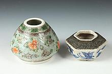 TWO CHINESE FAMILLE VERTE AND BLUE AND WHITE PORCELAIN WATER DROPPERS, - Larger: 3 in. high.