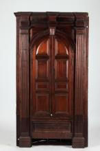AMERICAN CARVED WALNUT ARCHITECTURAL CORNER CABINET, 18th Century. Most likely made in Pennsylvania. - 84