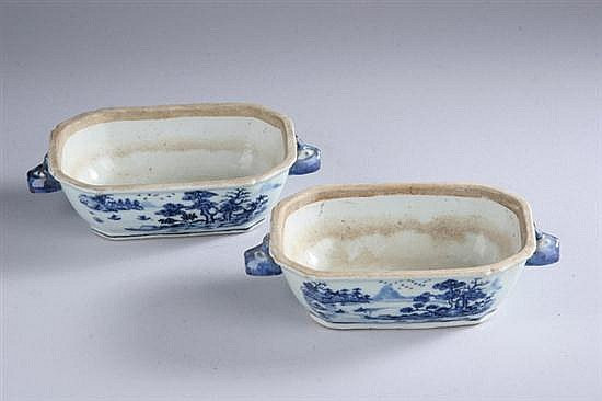 PAIR CHINESE EXPORT BLUE AND WHITE PORCELAIN SAUCE TUREENS, Circa 1820. - 71/2 in. x 4 1/4 in.