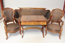 Salonstue, ca. 1880# Bestående af sofa, 2 armstole samt sofabord med skuffe