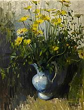 § ALEXANDER GOUDIE R.P. (SCOTTISH 1933-2004) STILL LIFE OF DAISIES 90cm x 70cm (35in x 27.5in)