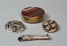 A Victorian gold and enamel brooch brooch 3cm diameter