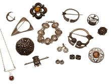 A collection of silver jewellery