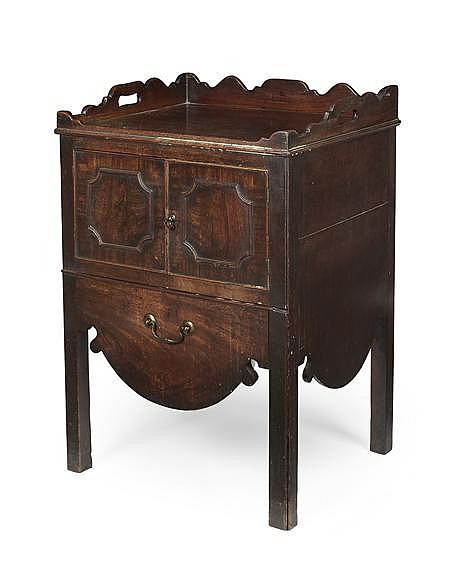GEORGE III MAHOGANY TRAY TOP COMMODE 18TH CENTURY 55cm wide, 80cm high, 47cm deep