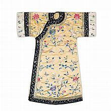 YELLOW-GROUND SILK-EMBROIDERED ROBE LATE QING DYNASTY 133cm long