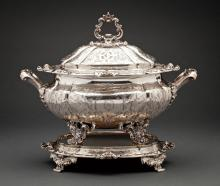 A 19TH CENTURY LIDDED SILVER SOUP TUREEN & FLAT