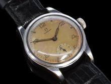 Gentlemen's Omega WW2 Indian civil service military wristwatch, circular silver dial with luminous applied Arabic numerals and markers, 15 jewel Omega signed movement, screwdown caseback, case diameter measures approximately 31mm, circa 1944, caseback signed 2165 CS(I)
