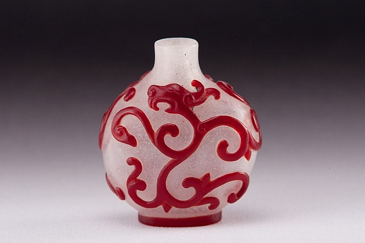 A red overlay white glass snuff bottle - 19TH CENTURY