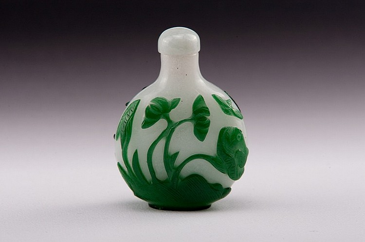 A green overlay white glass snuff bottle - 19TH CENTURY