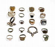 COLLECTION OF 19 RINGS