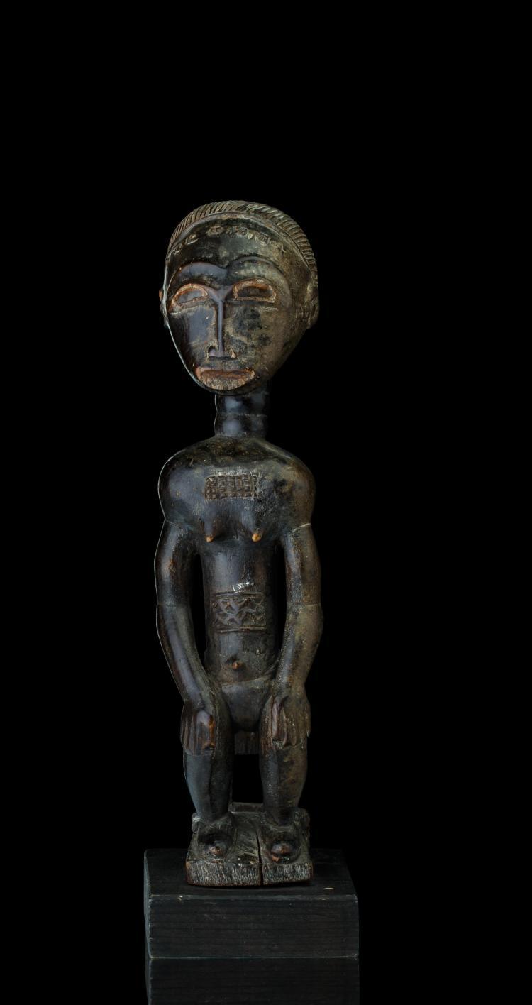 Statue d'une jeune femme