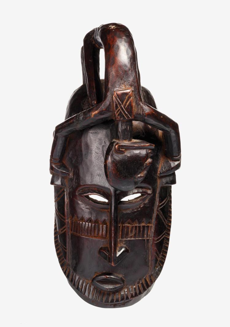 Très beau masque représentant un hogon surmonté d'un renard stylisé