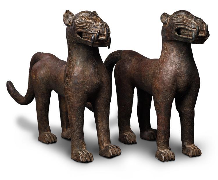 Deux panthères en bronze