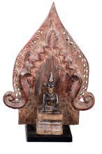 Bouddha assis sur un socle étagé