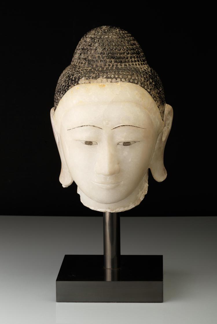 Tête de bouddha à l'expression sereine