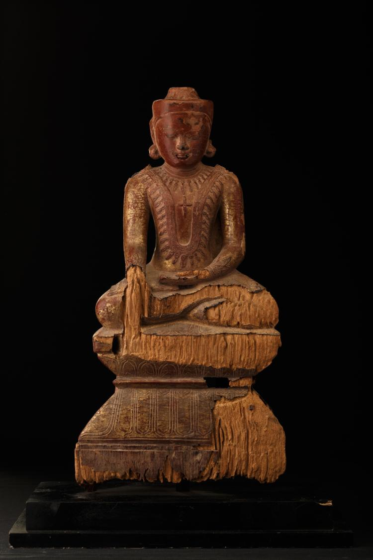 Bouddha assis en virasana sur socle lotiforme