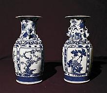 Paire de vases en faïence de Delft à décors de feuillages et sculpté de dragon asiatique. H : 38 cm