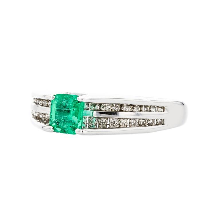 Stylish Modern 14K White Gold Sparkling Diamond Emerald Ladies Ring - Brand New