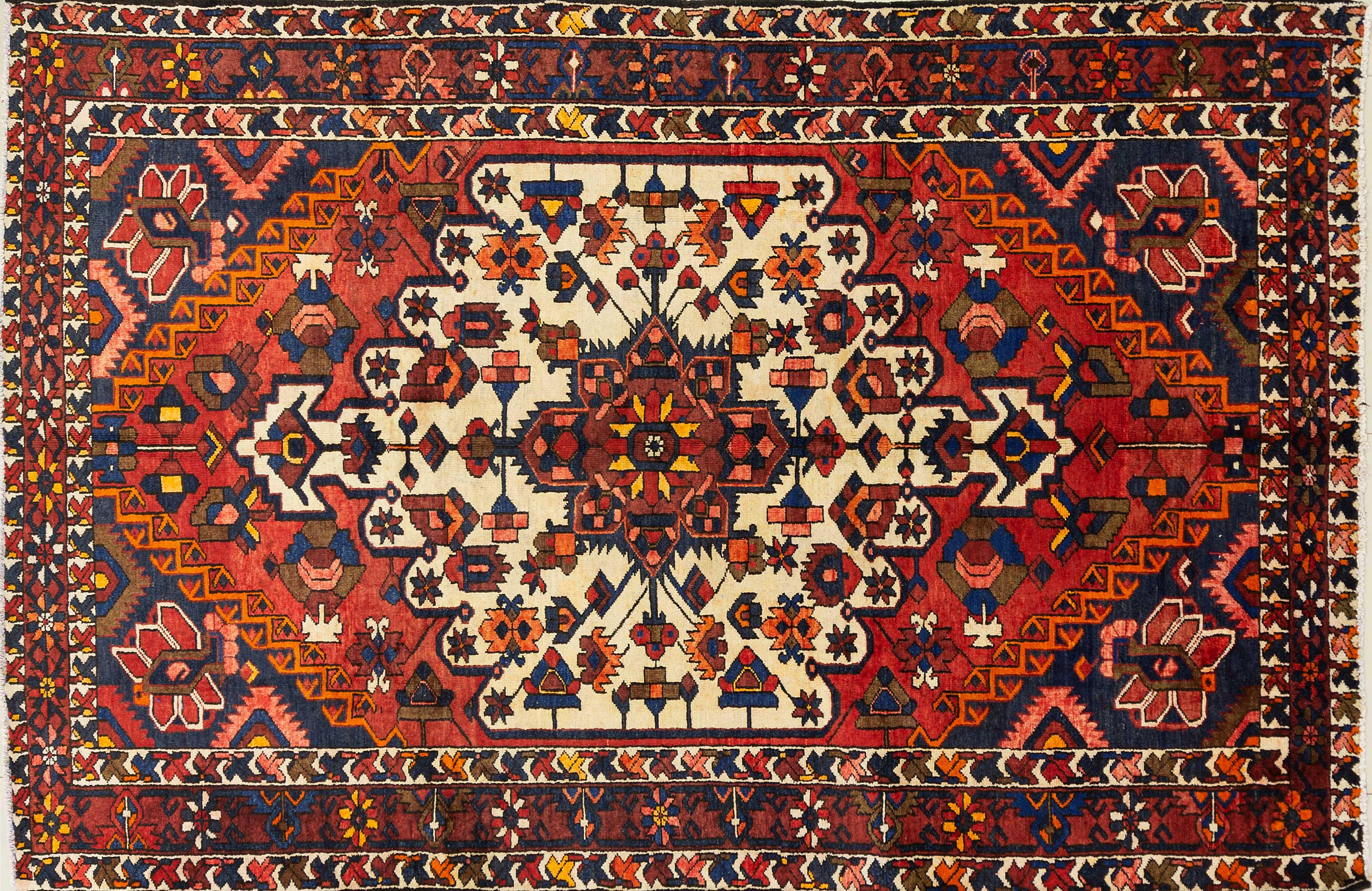 A Persian Hand Knotted Bakhtiari Rug, 315 x 203