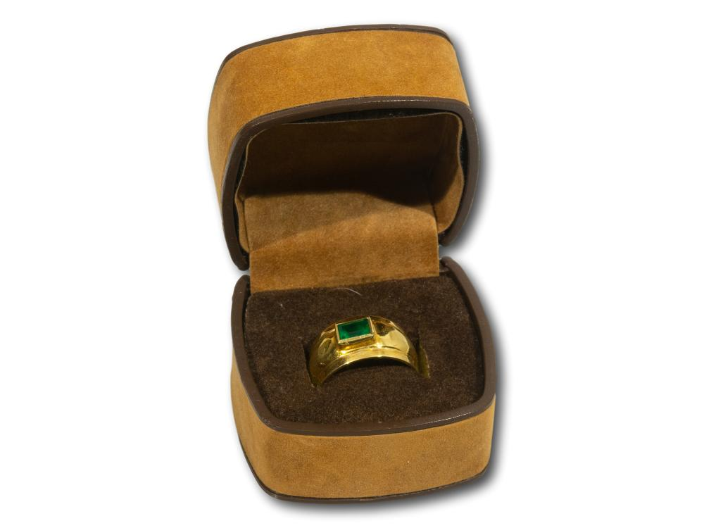 An 18kt Gold Ring set with an Emerald, total weight 4.88g