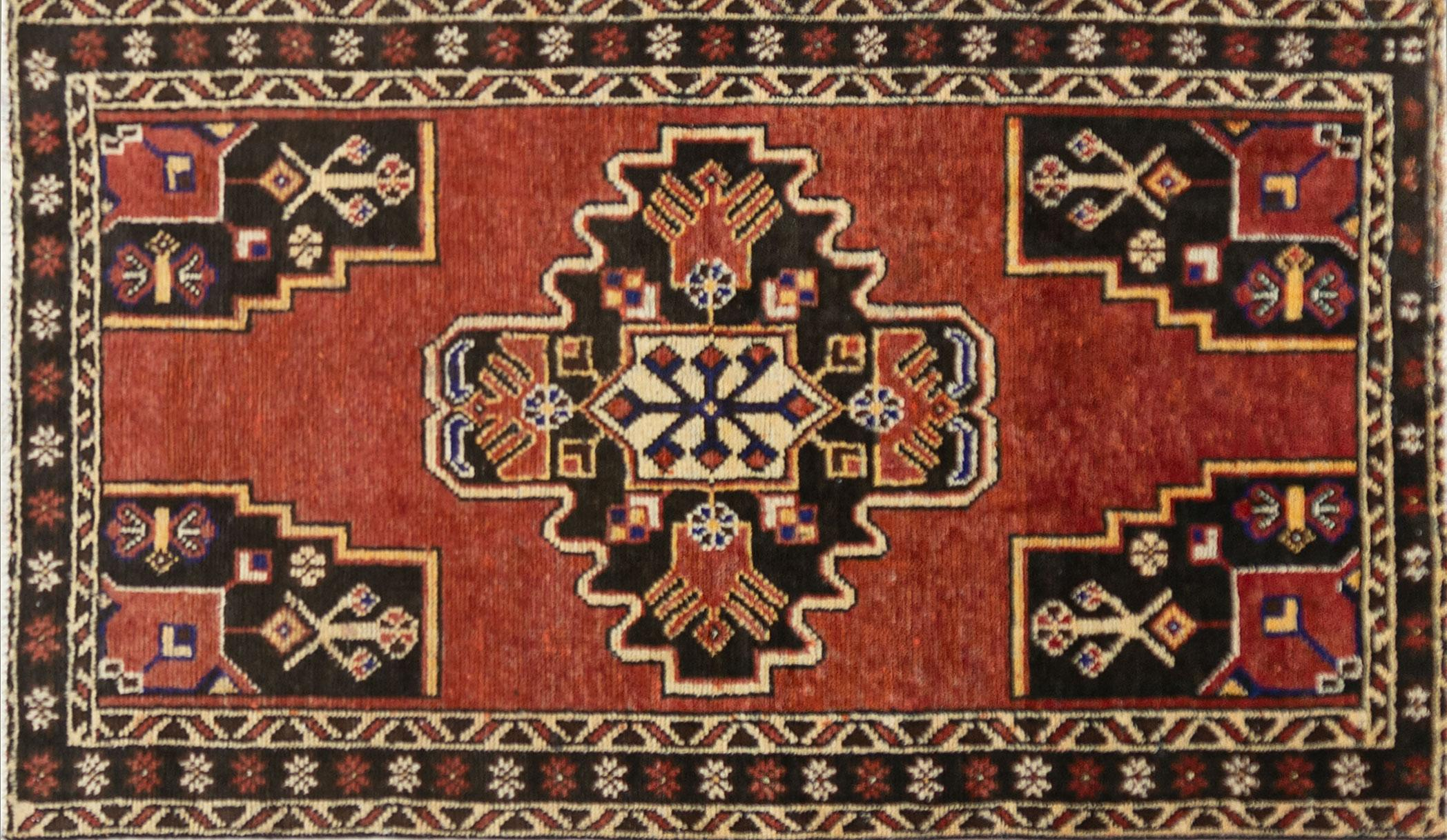 A Persian Hand Knotted Mahal Rug, 198 x 113