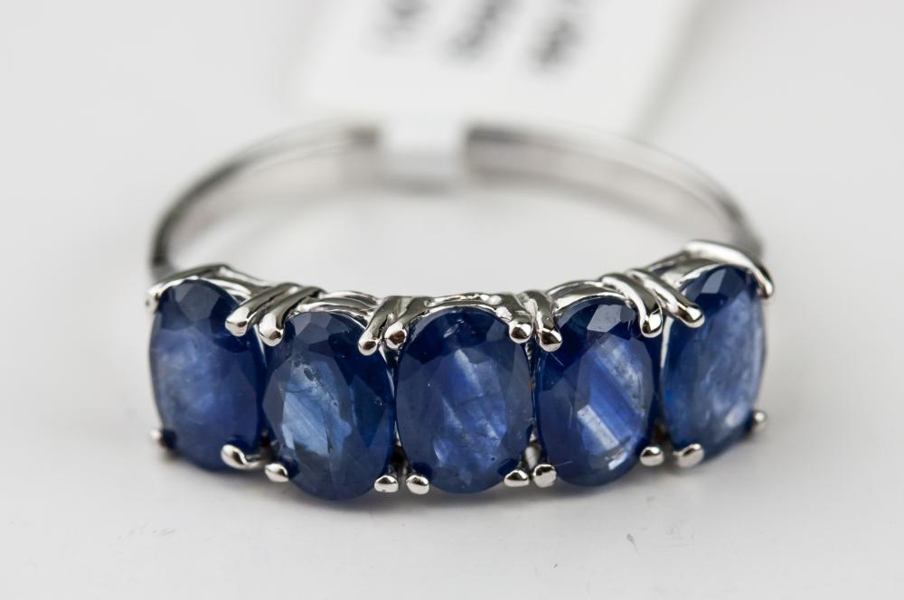 Lot 325: 10kt Sapphire (3ct) Ring