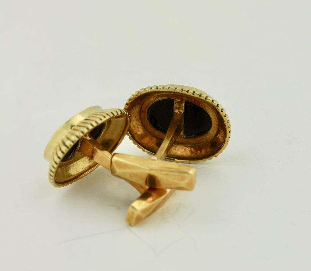 Lot 45: Pair of 18kt Gold and Onyx cufflinks, Emis