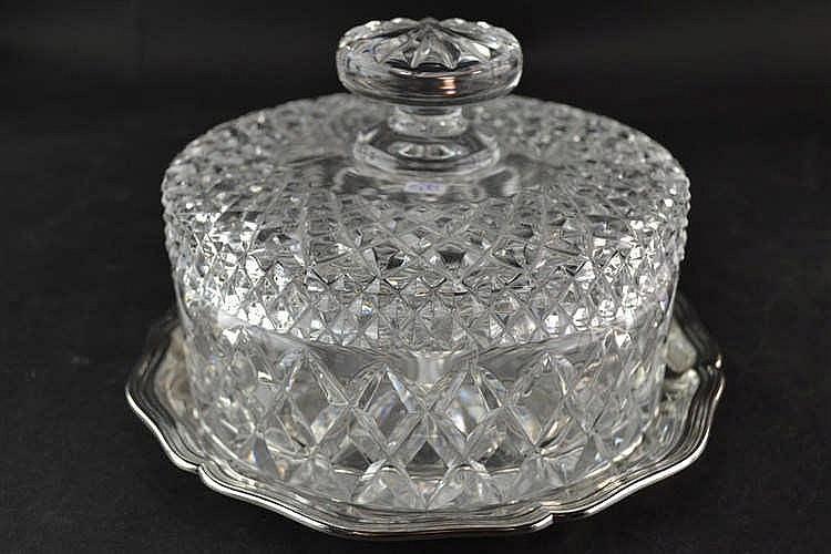 Kristallen koekdoos op zilveren schotel