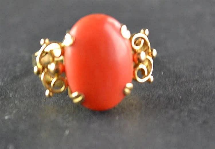 18 karaats gouden ring met bloedkoraal