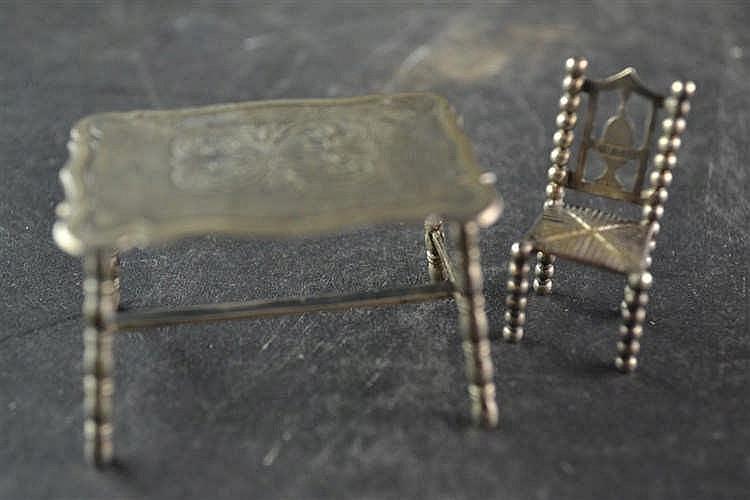 Zilveren miniatuur tafel en stoel