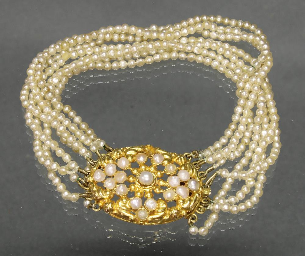Armband, Mitte 19. Jh., 7 reihig Saatperlchen, Schließe GG 750, 18 barocke Perlchen (eins fehlt), 16 cm lang