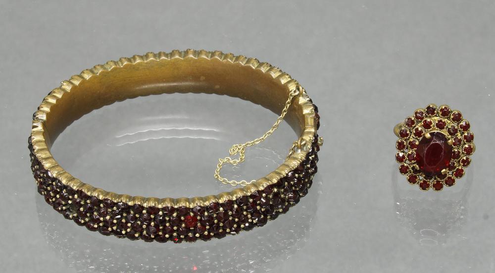 Granat-Armreif und -Ring, Metall, RM 16.5 (ein Stein fehlt)