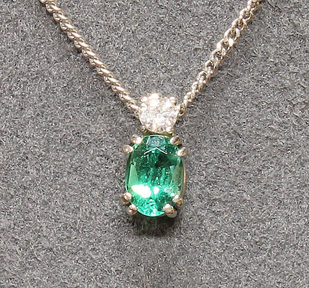 Anhänger, WG 750, oval facettierter Smaragd, ca. 0,50 - 0,60 ct., ein Brillant, ca. 0,10 ct., tw/si, Collierkette, WG 585, 36 cm lang, 2 g